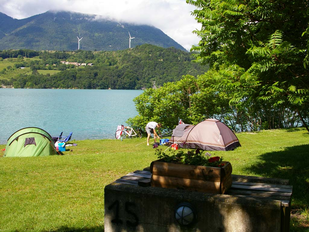 emplacement camping bord de lac isere